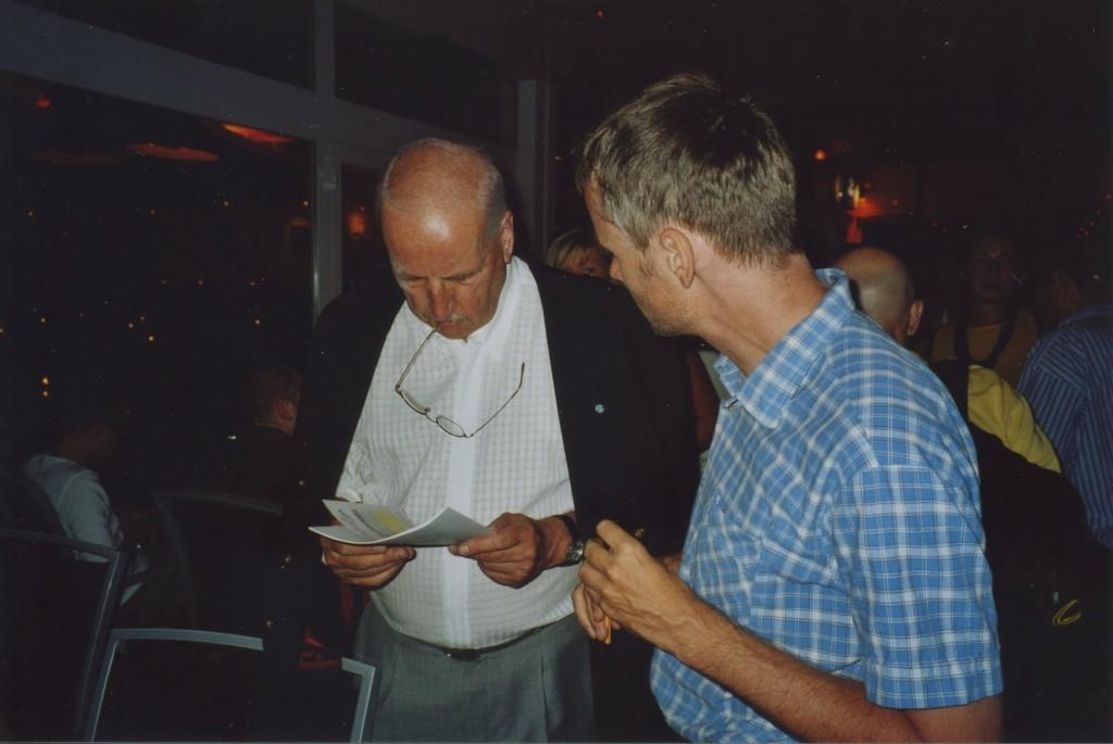 Schmoni (mit SGE-Heft) & SGE-Mitarbeiter auf der Premierenfeier von DANIEL, DER ZAUBERER